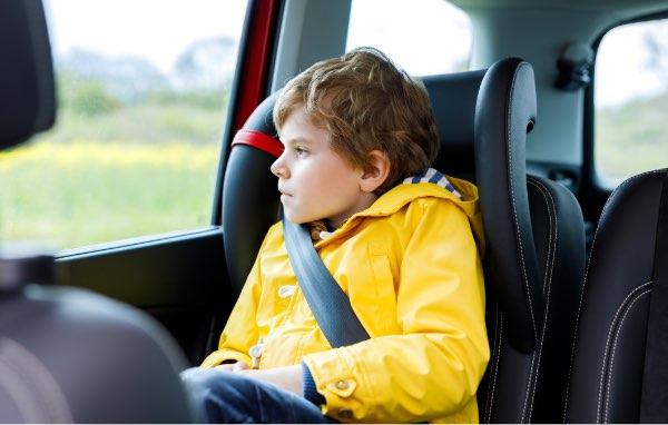 ¿Pueden viajar los niños solos?